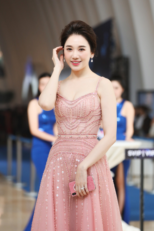 Cách nhau tận 10 tuổi, Hari Won và Hòa Minzy bất phân thắng bại khi diện cùng một chiếc váy