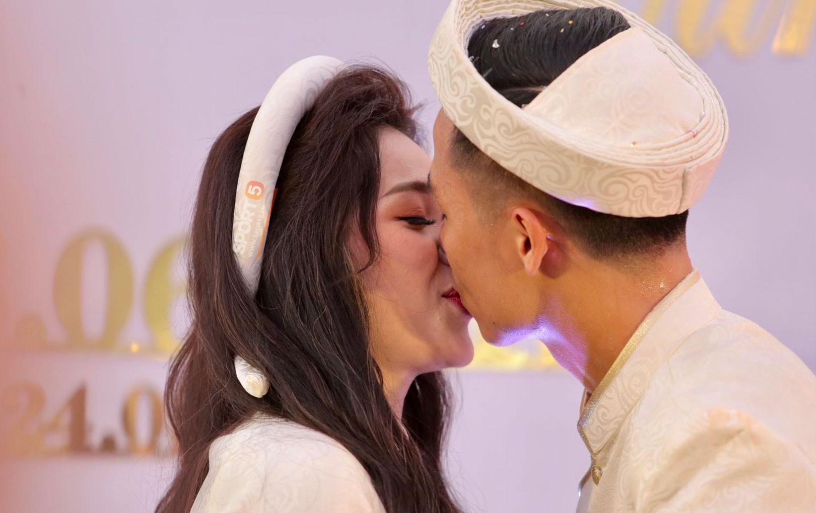 """Trung vệ Bùi Tiến Dũng """"tay đan tay"""", hôn môi bạn gái hot girl ngọt ngào trong lễ ăn hỏi"""