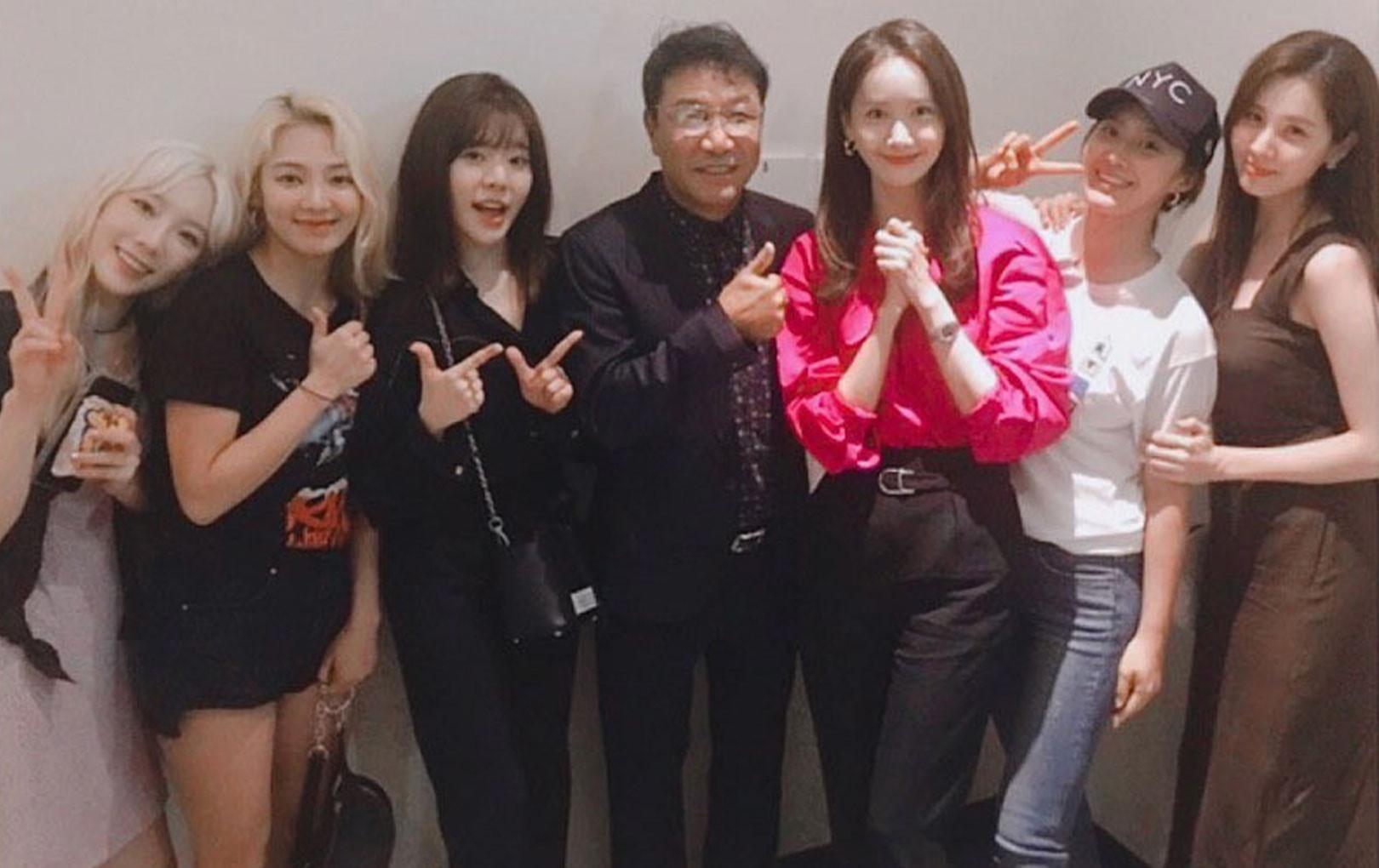 """Bức ảnh đắt giá nhất Kpop hôm nay: """"Biệt đội thánh hack tuổi"""" SNSD chụp bên chủ tịch SM"""