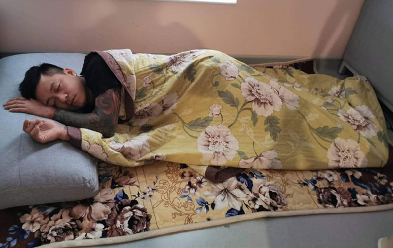 Tuấn Hưng ngủ thiếp dưới sàn nhà khi chăm vợ sanh lần 3 khiến CĐM nể phục