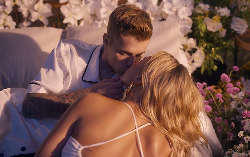 Không tung ảnh cưới, Justin Bieber tình tứ ngọt ngào với vợ ngay trong MV mới nhất làm lụi tim fan