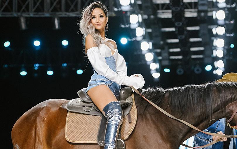 Lãnh Thanh khuấy động sàn diễn cùng xe phân khối lớn,  H'Hen Niê chễm chệ cưỡi ngựa kết show đầy ấn tượng