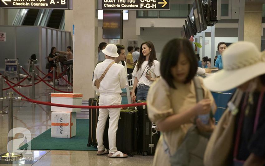 Đông Nhi - Ông Cao Thắng xuất hiện tại sân bay đi đến Phú Quốc: Cả hai diện tông trắng đơn giản, cười nói vô cùng hạnh phúc
