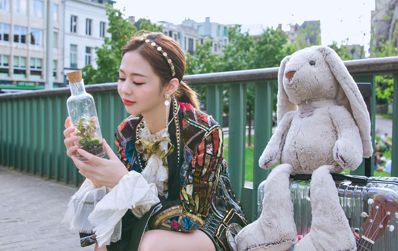 """Liz Kim Cương tung MV nhưng Trịnh Thăng Bình chỉ góp giọng, netizen thắc mắc: """"Không đủ tiền thuê nam chính phải xài tạm gấu bông?"""""""