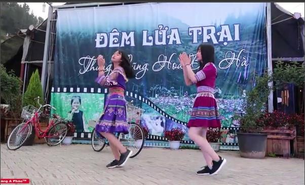 2 nữ sinh dân tộc nhảy hiện đại đêm lửa trại, nhạc vừa nổi lên các anh tranh nhau cướp về làm vợ
