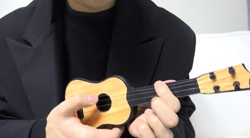 Thanh niên mua đàn guitar 20 nghìn bé bằng bàn tay đánh lên khúc Havana siêu phẩm quá bá đạo
