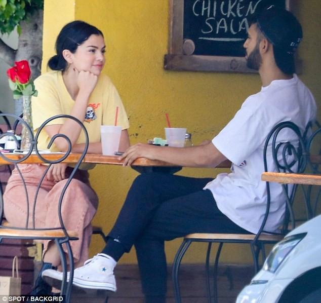 Mặc kệ Justin cưới hỏi, Selena rạng rỡ đi ăn cùng trai lạ và còn nhìn nhau đầy tình tứ