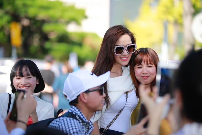 Ưng Hoàng Phúc tình tứ khoá môi vợ sắp cưới tại Hàn Quốc