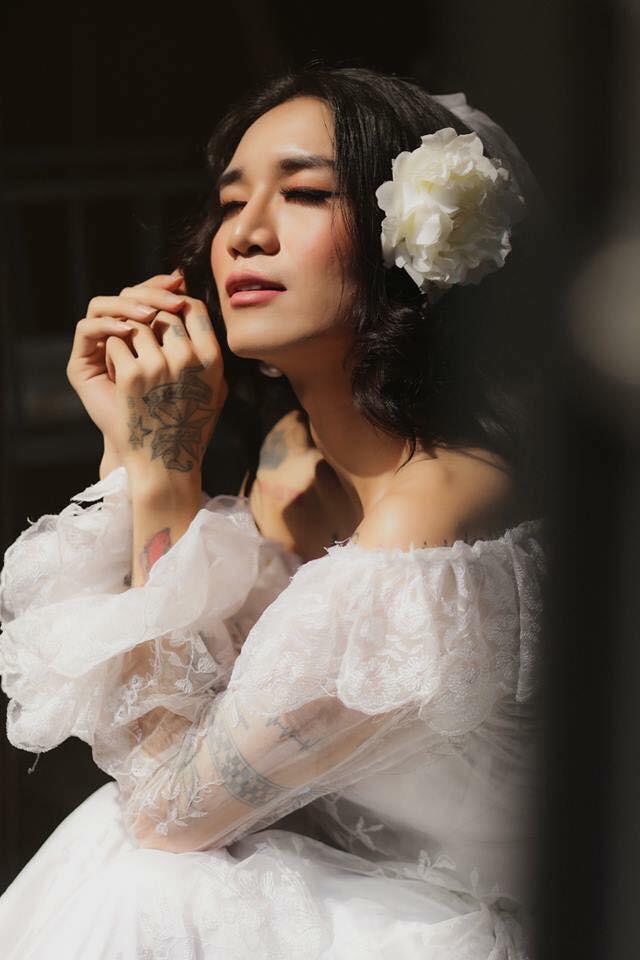 BB Trần lại làm con gái phải ghen tị: make-up sương sương, mặc váy cưới xinh đẹp hết phần người khác!