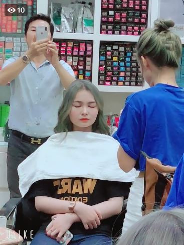 Khởi My đổi nghề make up dạo cho fan, tô vẽ hì hụi 15 phút, nhìn thành quả mà ngỡ ngàng