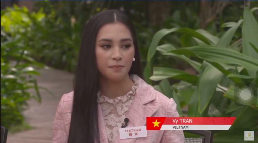 Clip: Tiểu Vy gây ấn tượng với màn giới thiệu bản thân bằng tiếng Anh tự tin tại vòng thi Head-to-Head của Miss World 2018