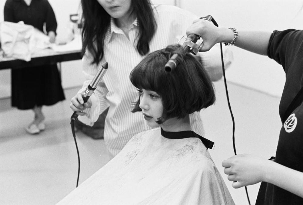 Lisa bất ngờ cắt tóc ngắn xinh như búp bê, fan rần rần: Ủa sắp solo hả?