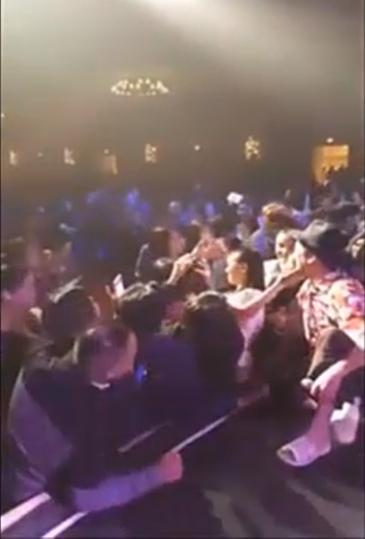 Phản ứng của Trường Giang khi bị khán giả sờ soạng, kéo ngã trong đêm diễn ở Mỹ?