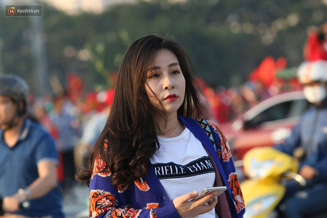 Loạt fan girl xinh xắn chiếm sóng tại Mỹ Đình trước trận bán kết Việt Nam - Philippines
