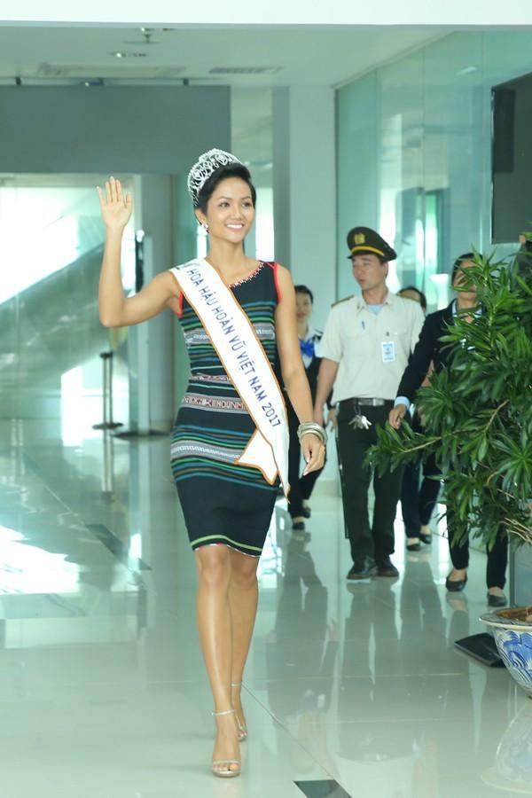 Không diện váy áo lộng lẫy, Hoa hậu HHen Niê vẫn đẹp rạng ngời khi khoác lên mình trang phục dân tộc Êđê