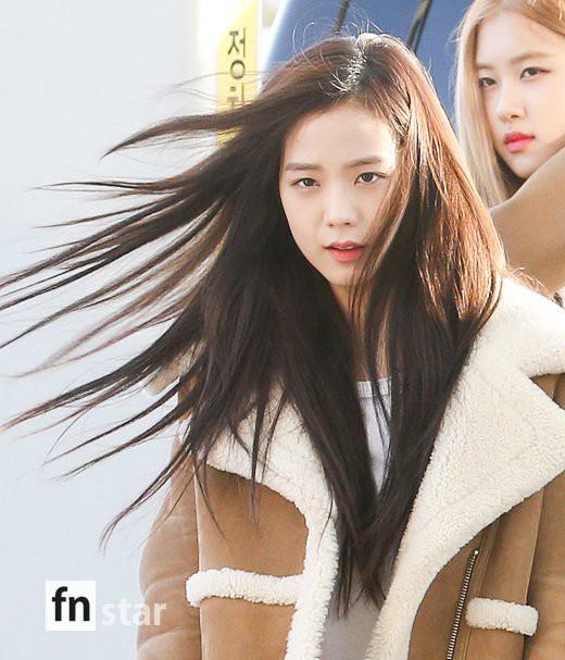 Hội quý tộc Black Pink lại gây náo loạn sân bay: Jennie sang chảnh, Jisoo quá đẹp nhưng nổi nhất là thành viên này