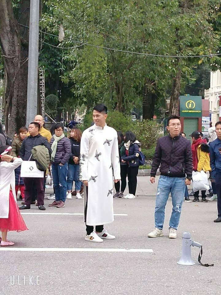 Đình Trọng bất ngờ xuất hiện bảnh bao, đẹp lạ với áo dài trắng tại Hồ Gươm