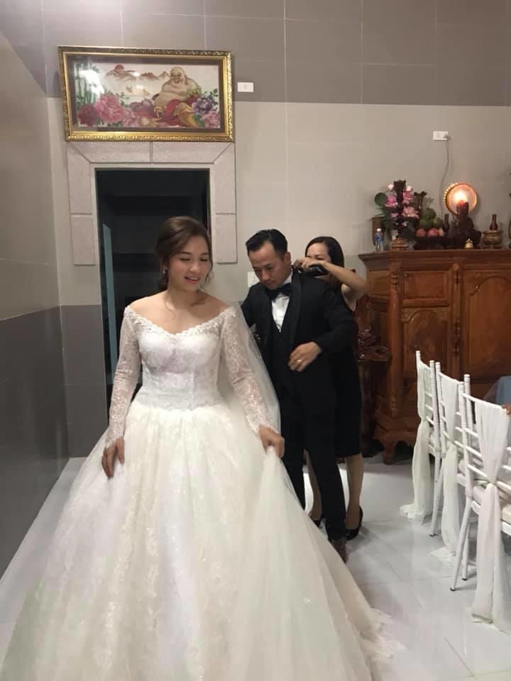 Hé lộ những hình ảnh đầu tiên trong đám cưới giản dị của Tiến Đạt và bạn gái kém 10 tuổi ở quê nhà