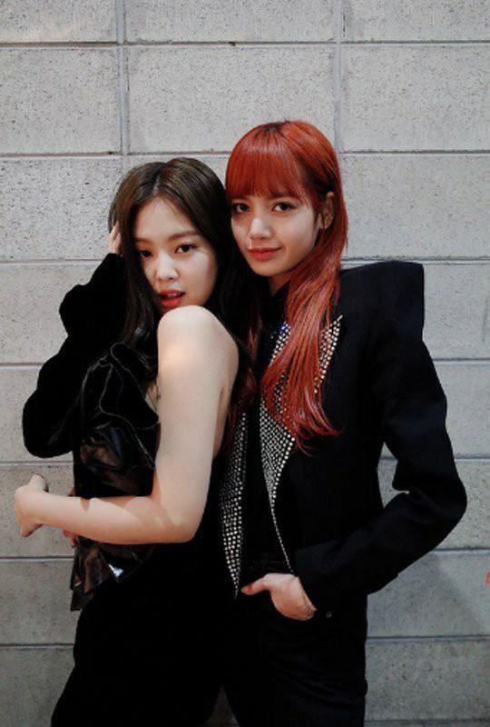 """Jennie và Lisa chung khung hình: mỹ nhân được o bế vẫn không cá tính, thần thái bằng """"búp bê Thái""""?"""