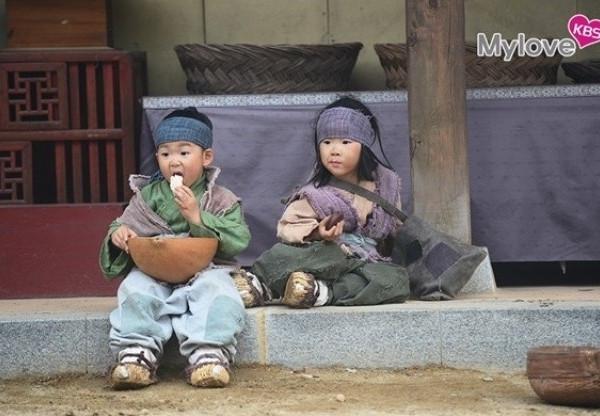 CĐM trụy tim khi ngược về quá khứ xem 3 nhóc tì Daehan - Minguk - Manse đóng phim cổ trang cùng bố