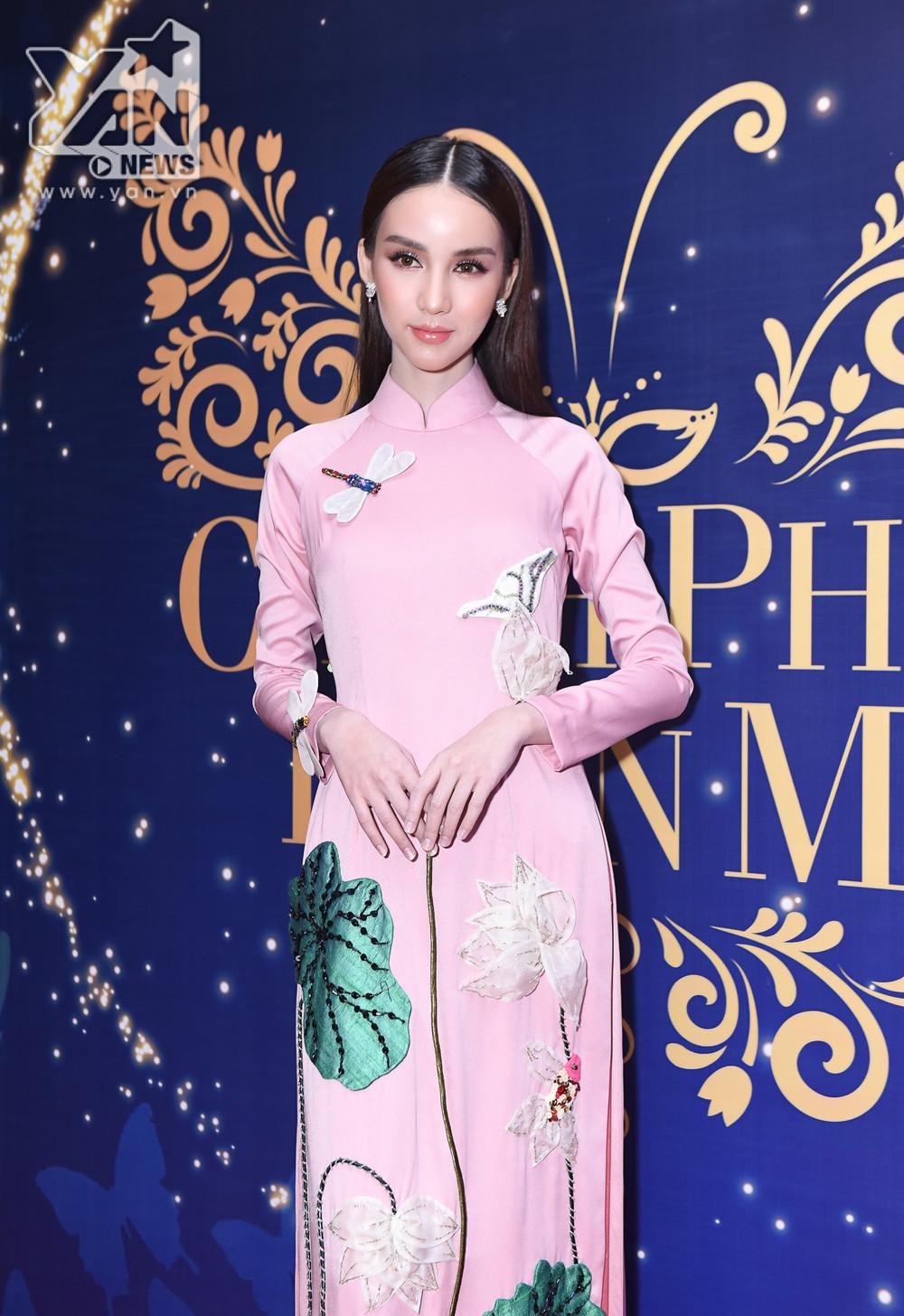 Thần tiên tỉ tỉ của Thái Lan diện áo dài cực xinh, đọ sắc cùng Hương Giang trên thảm đỏ