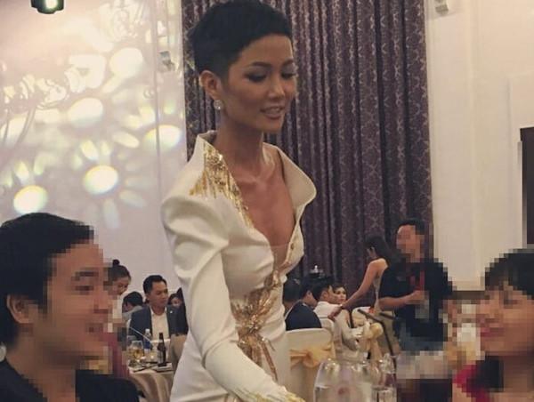 Bị chụp lén: Bích Phương, Hương Giang đẹp cực phẩm, nhìn Ngọc Trinh, H'hen Niê fan phải xuýt xoa