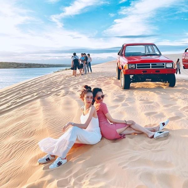 Cùng diện giày đôi, chụp hình tình tứ trên đồi cát, Hương Giang - Yoshi khiến CĐM bấn loạn