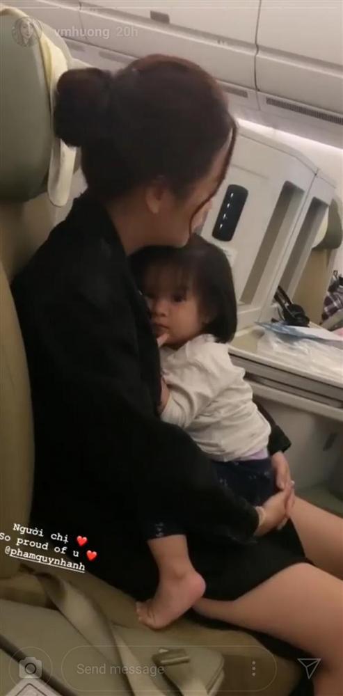 Cay sống mũi trước hình ảnh Phạm Quỳnh Anh co ro ôm con gái trên máy bay, single mom khổ lắm