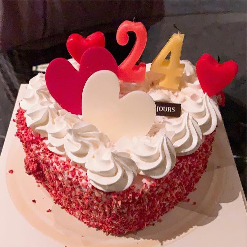 Bạn trai ở nước ngoài, Jennie (Black Pink) đón sinh nhật đặc biệt bên một nhân vật, nhận toàn hoa và quà hàng hiệu