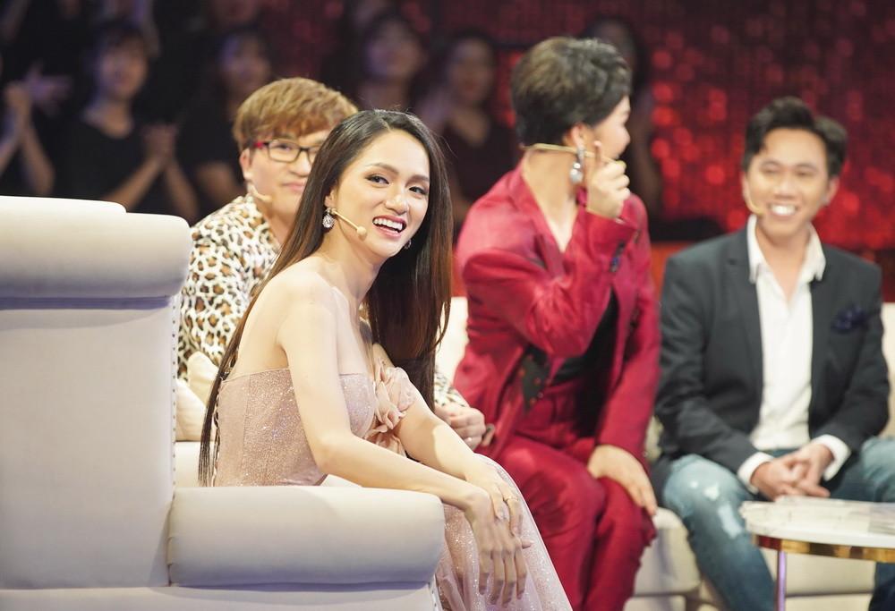 Làm nữ chính show hẹn hò, Hương Giang bất ngờ gặp lại bạn cũ đặc biệt