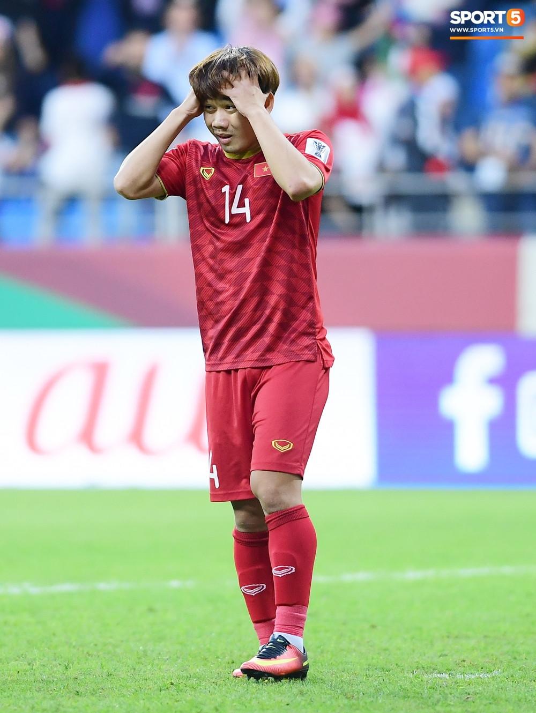 Minh Vương gục ngã vì hỏng penalty, Quang Hải chạy đến động viên đầy xúc động