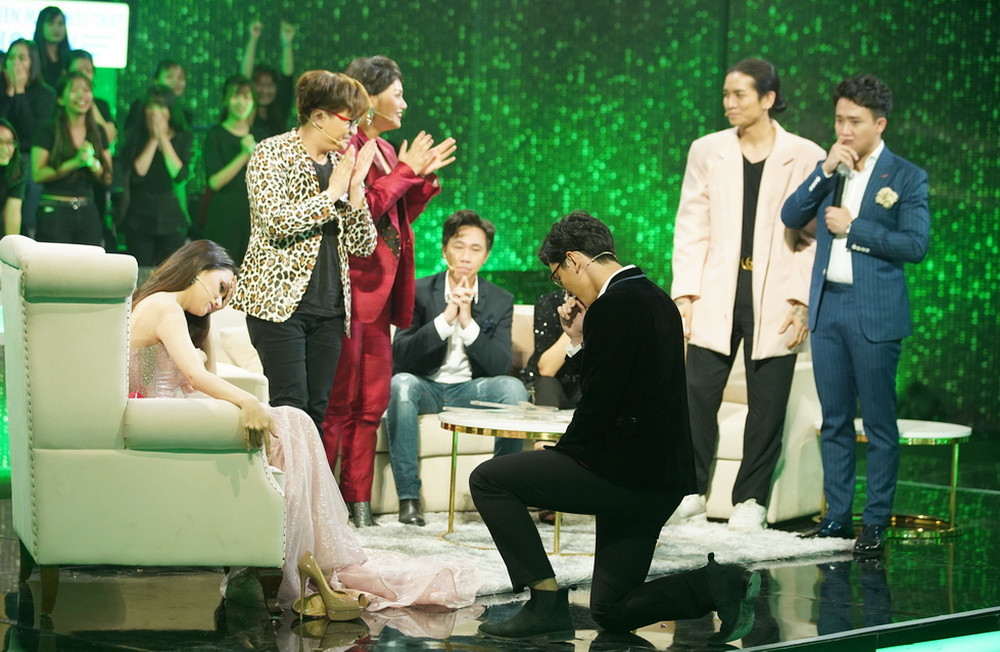 HOT: Hương Giang lại được bạn trai hot boy cầu hôn trên sóng truyền hình
