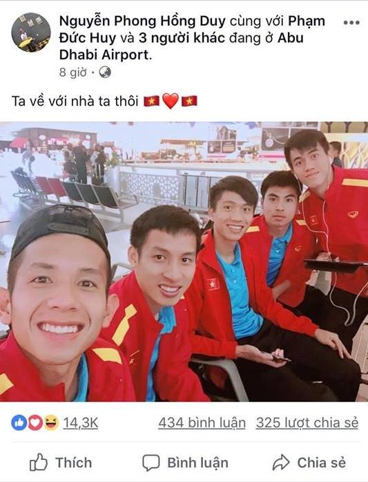 Tuyển VN tươi rói trên đường về nước, fan đùa: Ghé Thái Lan nhớ kể họ nghe về VAR
