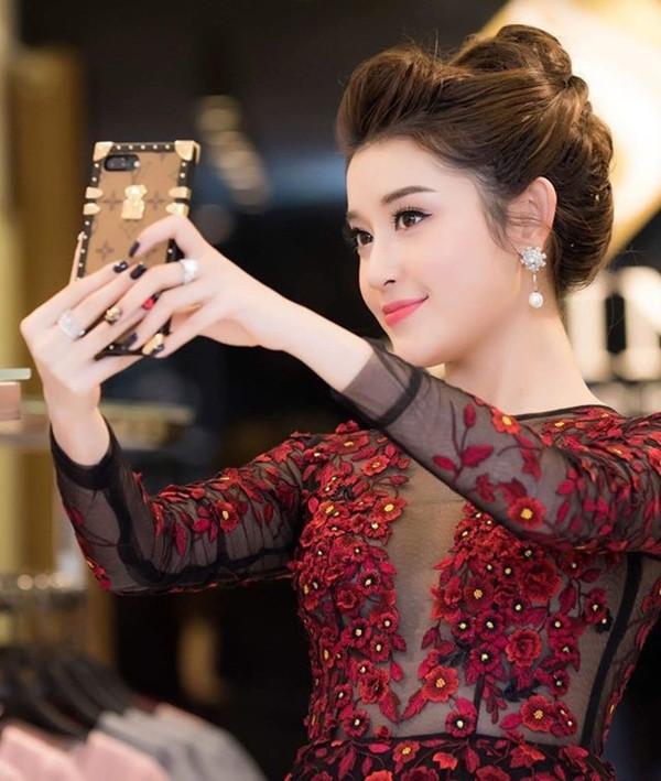 Chỉ là ốp điện thoại, Hương Giang, Kỳ Duyên bỏ 20 triệu tậu hẳn hàng hiệu, Hari Won, Linh Ka dùng đồ bình dân vẫn xinh