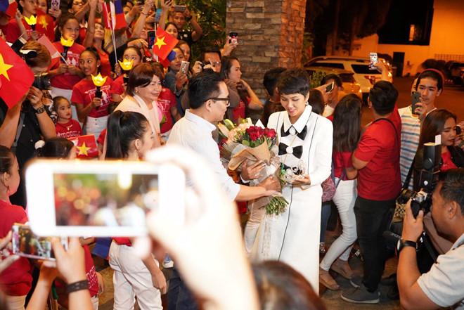 HHen Niê đi sự kiện ở nước ngoài: Fan quốc tế vây quanh, học sinh vẫy cờ Việt Nam