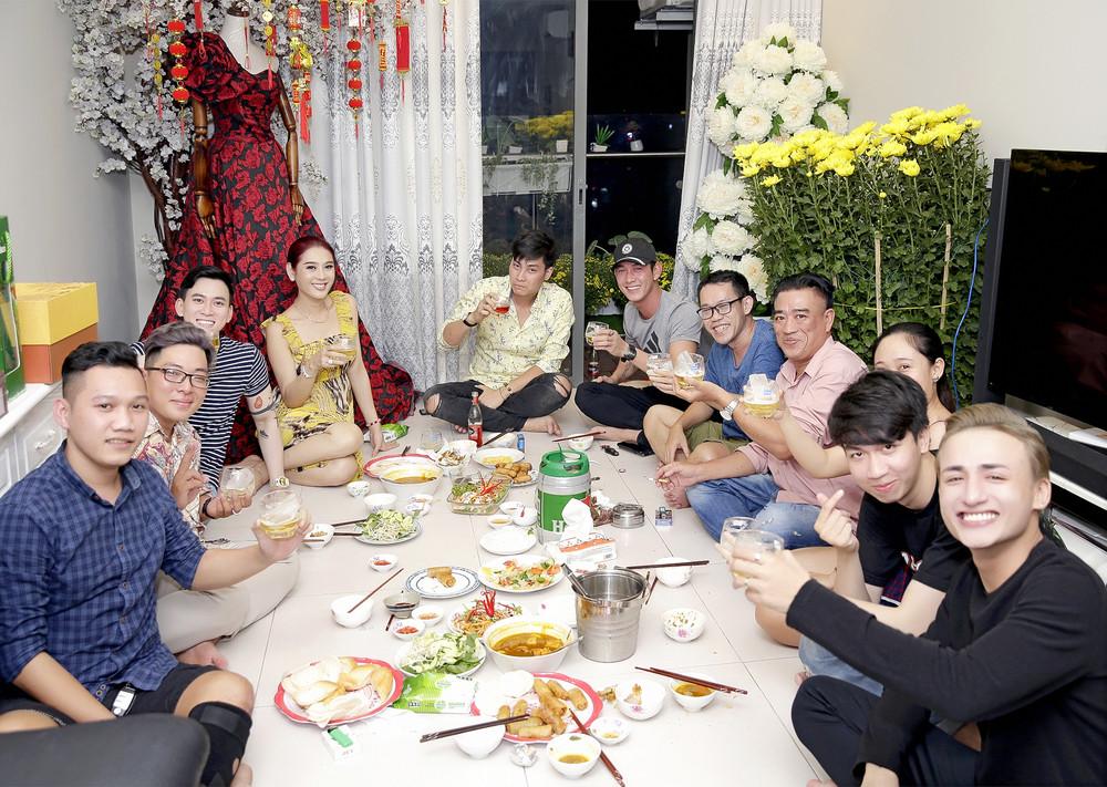 Chơi lớn như Lâm Khánh Chi biến căn hộ tiền tỷ thành vườn thượng uyển còn rủ dàn hot boy ăn mừng năm mới