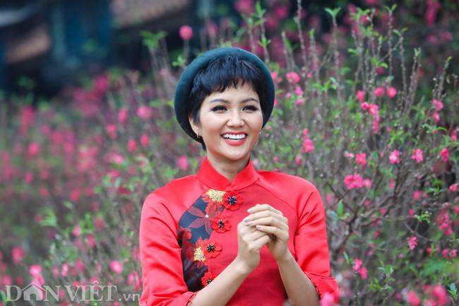 Bắt gặp mua đào ở Hà Nội, người dân phát hiện lập tức vậy kín, Hoa hậu nổi nhất đường hoa