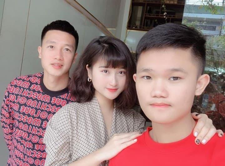 Hé lộ loạt ảnh dàn bạn gái cầu thủ đội tuyển Việt Nam xúng xính váy áo ngày đầu năm: Ai sành điệu hơn ai?