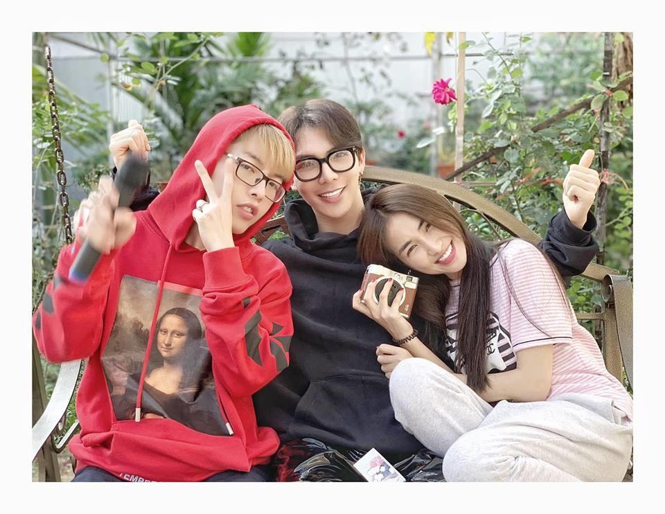Gia đình hoa dâm bụt về nhà Hòa Minzy đón Tết, sang năm mới vẫn không quên lầy lội