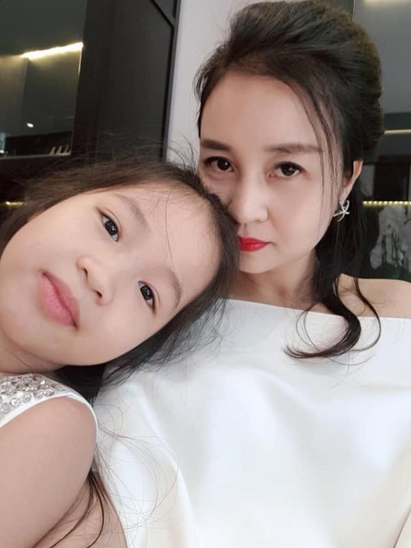 Nhận con mười mấy năm, mẹ nuôi Quang Hải vẫn xinh đẹp, trẻ trung, không ai tin 40 tuổi