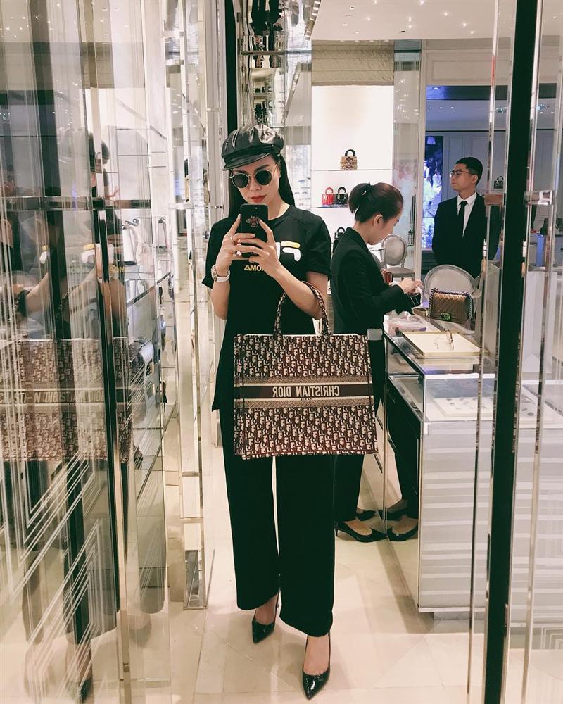 Hòa Minzy che mặt khi gặp người Việt tại nước ngoài vì sợ xấu quá khi không make up