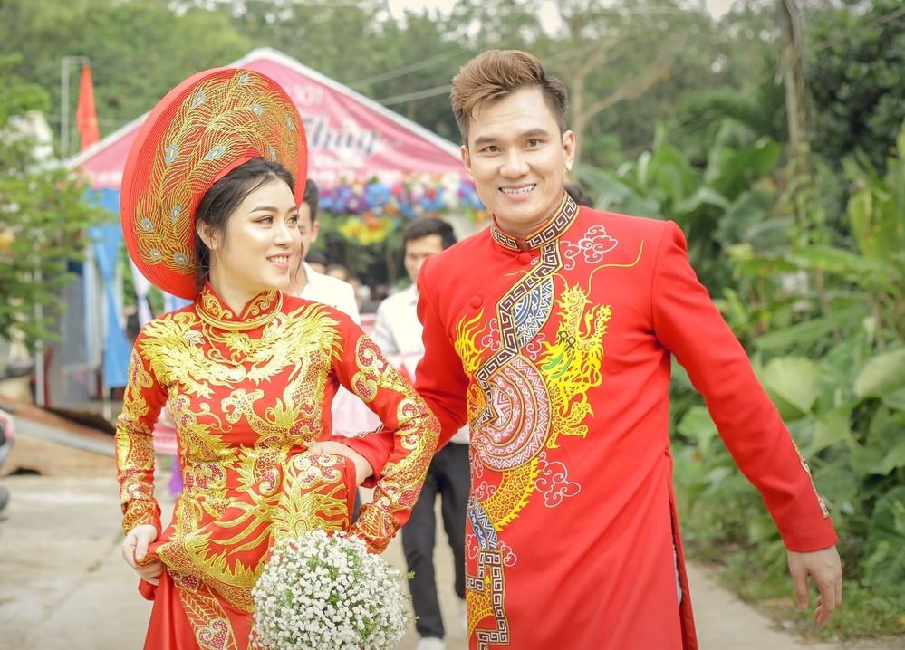 Những ca sĩ hội chợ cưới vợ là fan: Chăm đi diễn tỉnh là có được vợ xinh