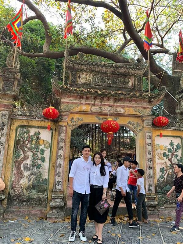 Hẹn hò đầu năm: Trịnh Thăng Bình mặc áo đôi, vợ chồng Thúy Diễm 'gợi cảm', nhìn Sơn Tùng giật mình