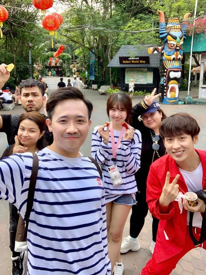 Doanh thu phim lặp kỷ lục, Trấn Thành - Hari Won diện đồ đôi đón Valentine hạnh phúc ở Thái