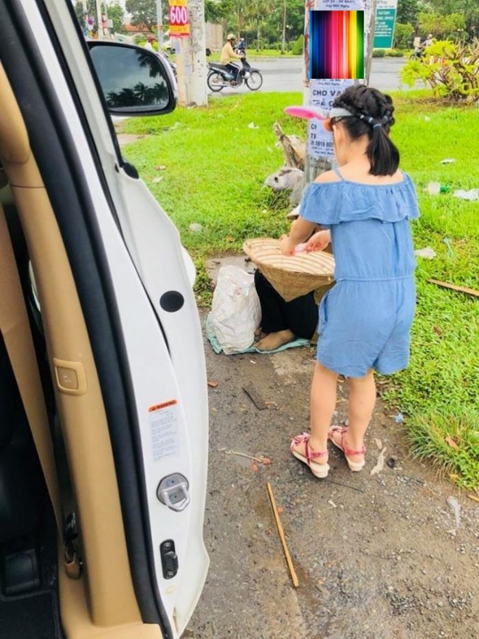 Thủy Tiên phạt con gái vì lỡ lời nhưng dân mạng lại thích thú đứng về phe bé Bánh Gạo