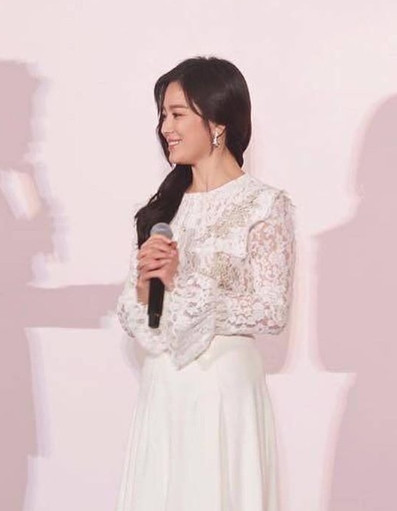 Song Hye Kyo để tóc dài, hoàn toàn lột xác, xinh như 1 nhành hoa, phụ nữ đẹp nhất khi không thuộc về ai
