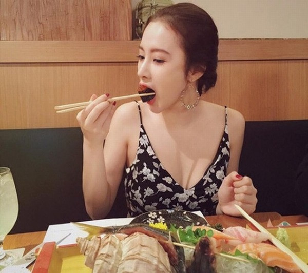 Đang ăn bị chụp lén: Bích Phương, Hari Won vẫn xinh, nhìn Mai Phương Thúy khóc cạn nước mắt