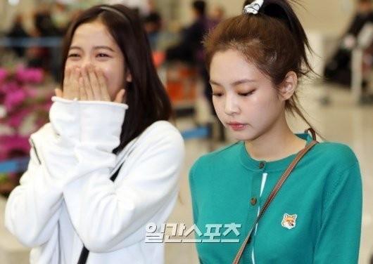 Làm mặt lạnh trong khi Jisoo tươi rói, Jennie bị CĐM chỉ trích: Đừng làm idol nữa