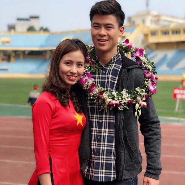 """Đi đám cưới, Quỳnh Anh đã xinh, chị gái Duy Mạnh càng không kém, gái 2 con vẫn """"mòn con mắt"""""""