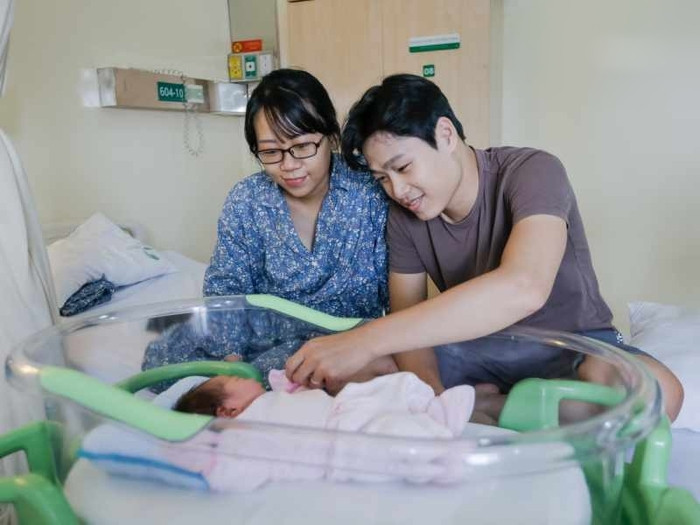 Vừa sinh con đã cùng chồng quay lại làm việc, Nhã Phương gây tranh cãi: Có cần ở cữ